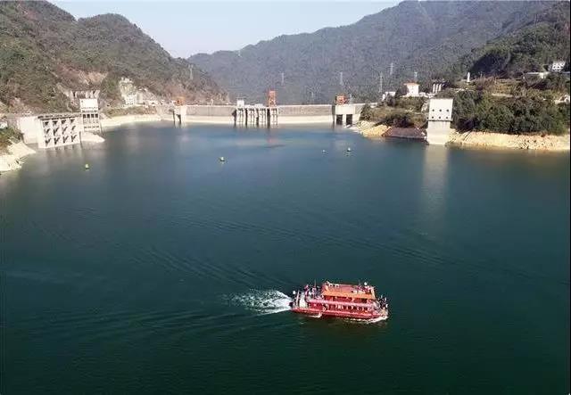 (我国首艘纯LNG燃料动力客船在湖南东江湖首航。  朱孝荣摄)