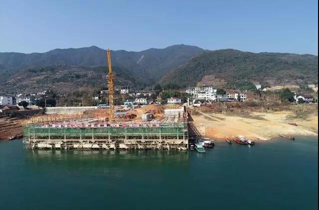 (正在建设中的东江湖长盈头LNG岸基式水上加注站。朱孝荣摄)